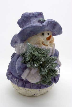 Toy un mu�eco de nieve con un abeto en un fondo blanco
