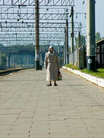 parting off: The grandmother stands on platform pending