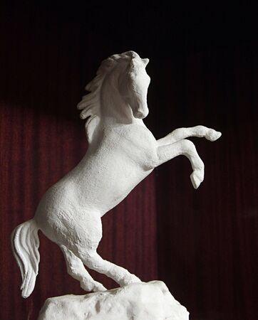 levantandose: La escultura del caballo, levantarse en bastidores, moldeados a mano