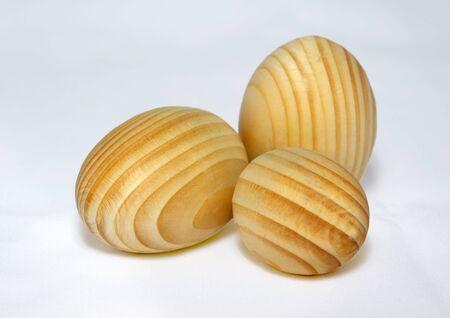 Los huevos de Pascua de una madera sobre un fondo blanco