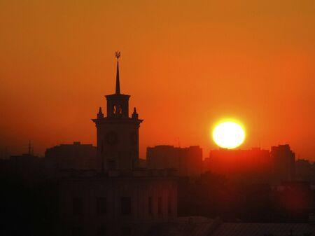 Ciudad torre en la zona en Ucrania durante un descenso  Foto de archivo