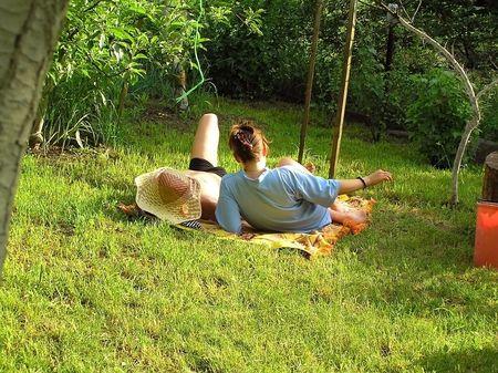 La joven pareja sunbathes en una hierba  Foto de archivo
