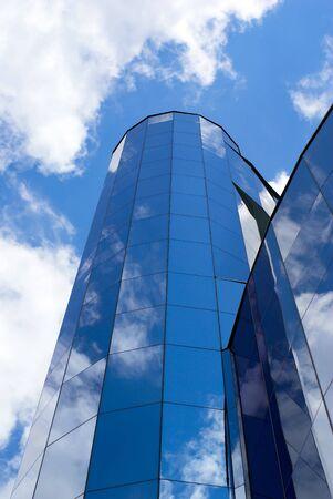 nubes y el cielo reflejan en la torre de cristal