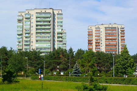 dos edificios altos en el centro del parque