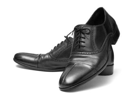 zapatos negros cl�sicos para hombres sobre un fondo blanco