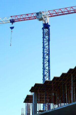 m�quina para izar materiales pesados en un cielo de fondo