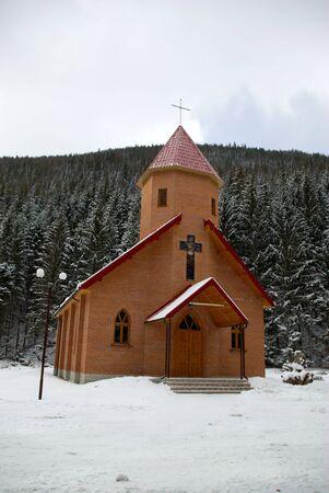 Peque�a capilla en una cubierta de nieve de madera