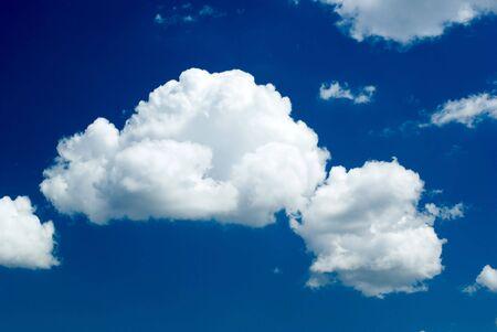 azul oscuro cielo est� cubierto nubes blancas Foto de archivo