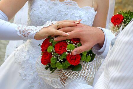 reci�n novios celebrar una boda ramo en las manos