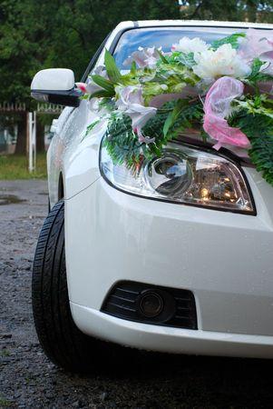 bodas simuladas flores en la campana de coche