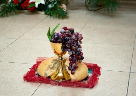 eucharistie: symbole de raisin christianisme, du pain et du vin dans une tasse