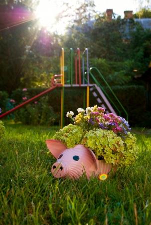 maceta en forma de cerdo en la hierba