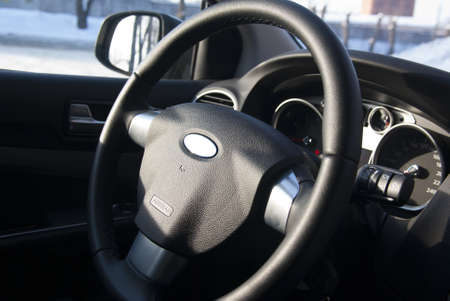 black automobile steering whith airbag