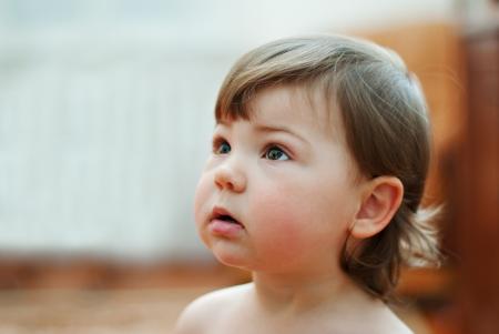 little baby mirada de la muchacha de hasta
