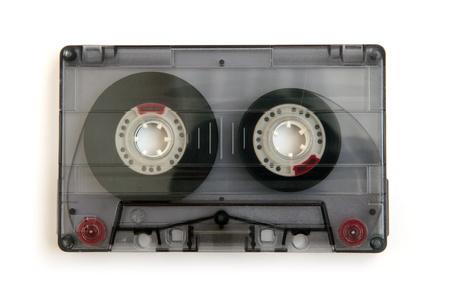 Cassette audio isolé sur un fond blanc.