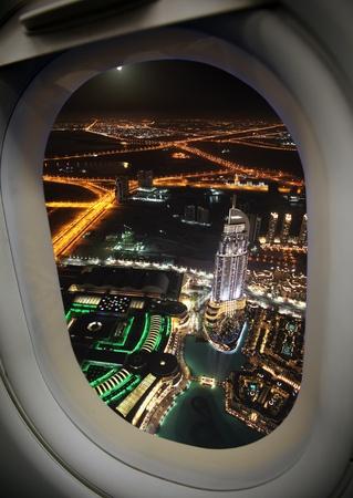 近代的な都市、飛行機の窓からの眺め。