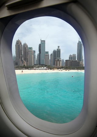 美しい湾と近代的な都市に飛行機の窓からの眺め。