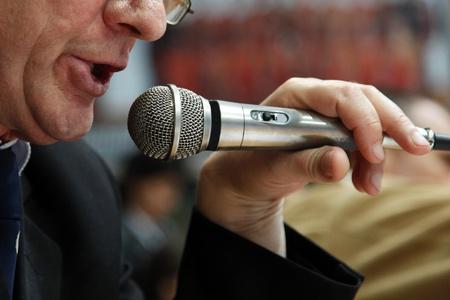 Imagen de el locutor habla en un micrófono.