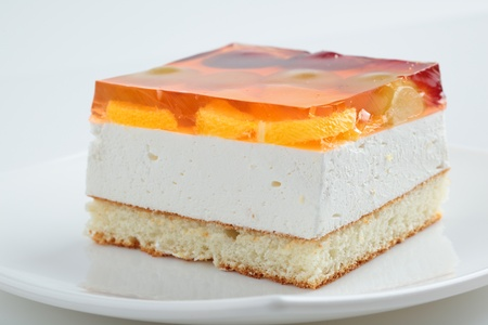 흰색 배경에 접시에 케이크.