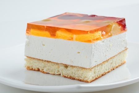 젤리: 흰색 배경에 접시에 케이크.