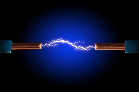 Câble électrique avec des étincelles sur fond noir. Banque d'images