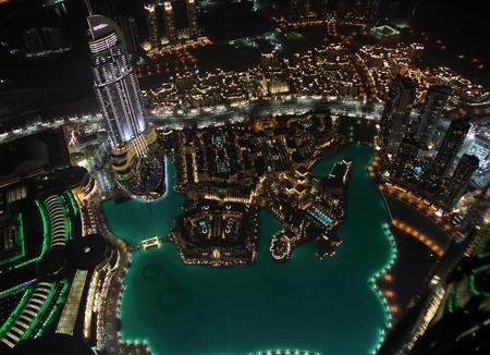 Panorama de la ciudad moderna en vista de noche de Dubai pájaro.