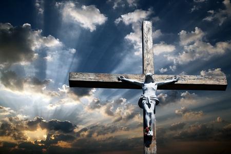 Das Kreuz Jesu Christi gegen den schönen Himmel Lizenzfreie Bilder