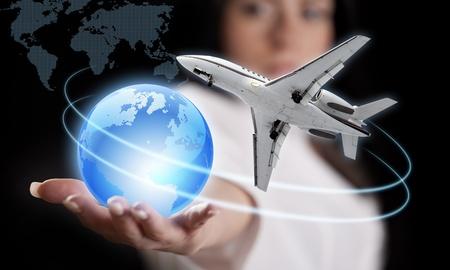 mundo manos: Muchacha con el planeta Tierra y el avi�n de pasajeros