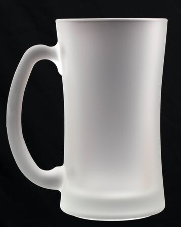 bier leeg glas op een zwarte achtergrond