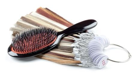 textura pelo: Peine y hebras de pelo aislado sobre fondo blanco