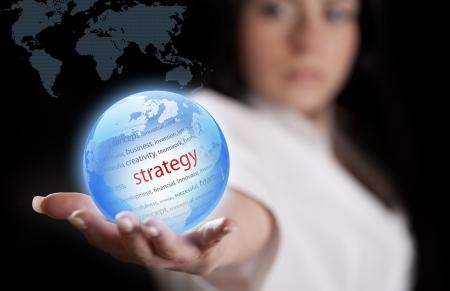 여자의 손에 지구. 개념 전략.