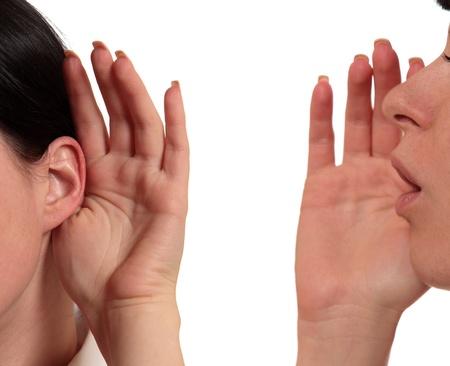 gossip: meisje fluistert in zijn oor het andere meisje