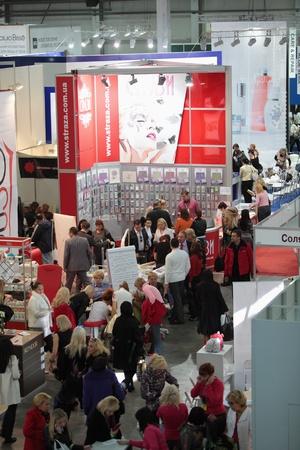 expositor: ESTET BEAUTY EXPO 2010, Kiev. Interior de la gran sala de exposiciones. 10 º Congreso Internacional de la estética y cosmetología aplicada en Ucrania. Medida profesional de la peluquería de su evento Hair 2010. El Foro Internacional de 13 de profesión Editorial