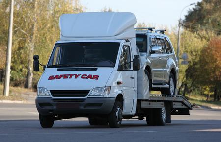 자동차는 견인 트럭에로드 스톡 콘텐츠
