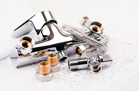 llave de agua: grifo de la ducha, la fontanería y el proyecto para la reparación