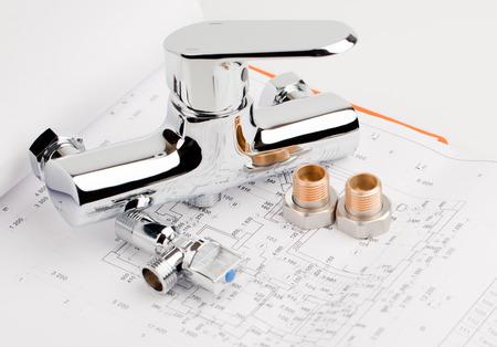dibujo tecnico: grifo de la ducha, fontanería y herramientas en el suelo en la redacción para su reparación Foto de archivo