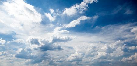 ciel avec nuages: Ciel bleu avec des nuages Banque d'images