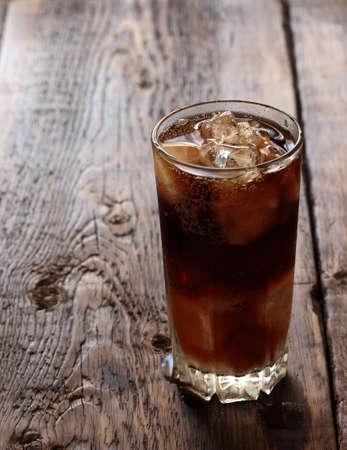 Frisches kaltes Getränk mit Eis auf einem hölzernen Hintergrund