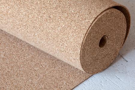 Natürlicher Korkrolle auf dem Boden, ein Substrat für ein Laminat Standard-Bild