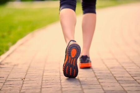 deportista: pies de un atleta que se ejecutan en un entrenamiento de la v�a parque para fitness y estilo de vida saludable Foto de archivo