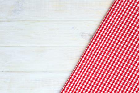 toallas: Toalla roja sobre la mesa de la cocina de madera. Vista desde arriba, con copia espacio