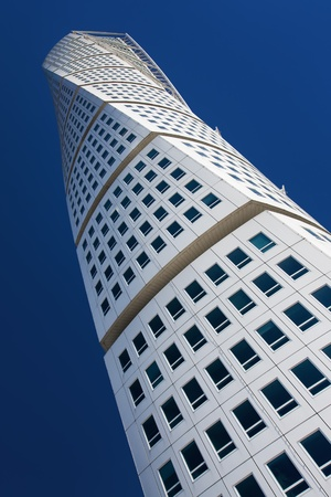 döndürme: MALMO - AUGUST 23: Turning Torso facade on AUGUST 23, 2009 in Malmo, Sweden. Turning Torso is a residential and commercial tower reaches a height of 190 metres,  designed by the spanish architect Santiago Calatrava. Editöryel