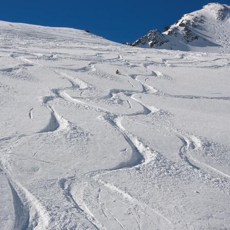 pistes de ski et snowboard sur la neige poudreuse