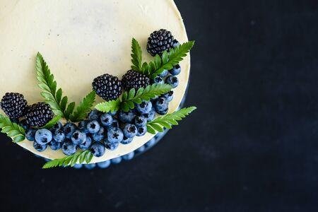 El pastel destruido con crema blanca y rosada en el cumpleaños del niño de un año
