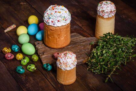 Easter cake and colorful eggs on a dark background. It can be used as a background Banco de Imagens - 134855233