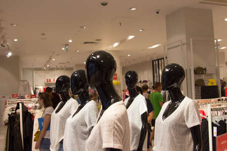 Mannequins in the store, sale of clothes, discounts on the goods Standard-Bild