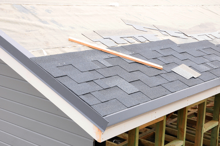 Installing Shingles. Installing Bitumen Roof Shingles. Stockfoto