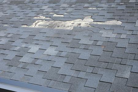 Une vue rapprochée des bardeaux endommage le toit. Bardeaux de toiture - Toiture. Banque d'images - 76296755