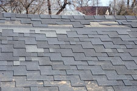 Een close-up beeld van dakshingles een dak schade. Dakshingles - Dakbedekking.