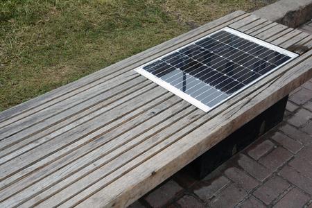 Banc de charge solaire, alimenté par énergie solaire connecter des dispositifs à l'extérieur. Banc avec batterie solaire. Banque d'images - 78565963